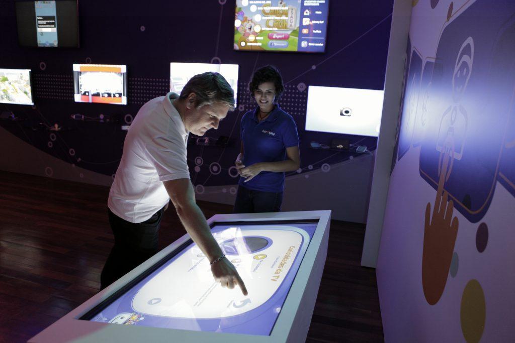 Visitante interage com painel touch sobre a história da TV em Fortaleza